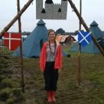 Rikke foran vores indgangsportal. Slottet + dansk og skotsk flag.