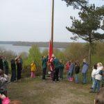 Flaget hejses på en af de mange, mange lejre, som Oles Torp gruppe har deltaget i